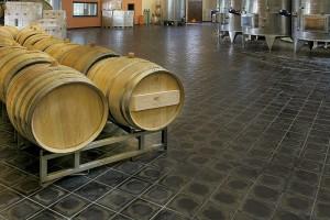 Schmelzbasaltfußboden eines Weinkellers