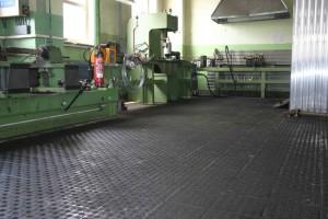 Fußboden eines Schlossereibetriebes aus rutschhemmendem Plattenbelag