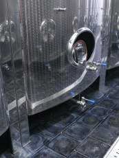 Detail dlažby 250/250/22JR ve vinařském sklepě